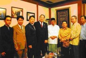 KH Hasyim Muzadi dan Leader Unicore Tianshi di kantor PBNU